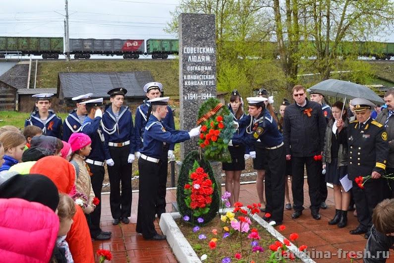 Торжественно-траурный митинг у памятника «Погибшим в концлагерях, на территории Гатчины и района» 8 мая 2015 года