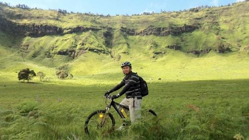 Gambar om Dudung dengan latar belakang Pegunungan di Bromo.