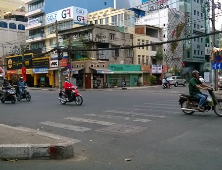 Các giao lộ cũng không còn đông đúc, nêm chặt người xe như thời điểm chỉ mới hôm qua (14/2)