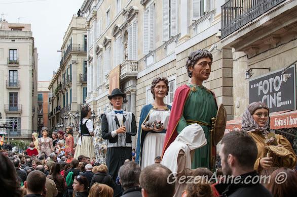 Santa Eulalia Festivali'nde dev kuklalar (gegants) geçişi, Barcelona