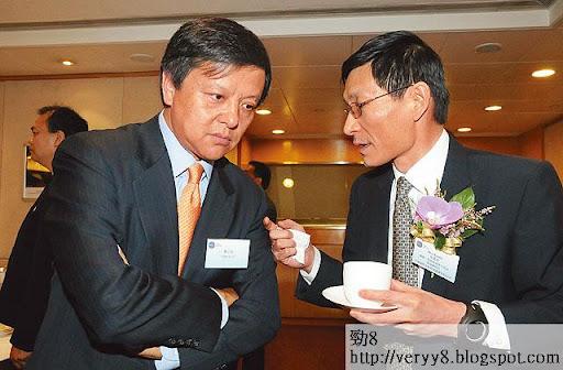 港交所行政總裁李小加(左)與前總理朱鎔基兒子、中國國際金融有限公司總裁朱雲來(右)密密斟,兩人在中港兩地的投資界舉足輕重。(《蘋果日報》圖片)
