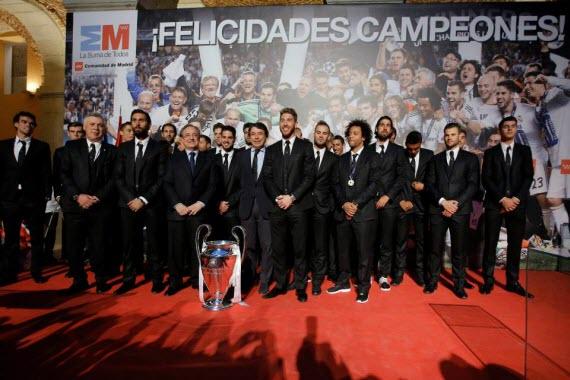 El Real Madrid, campeón de Europa 2014, visitó el Palacio de Cibeles y el de Correos