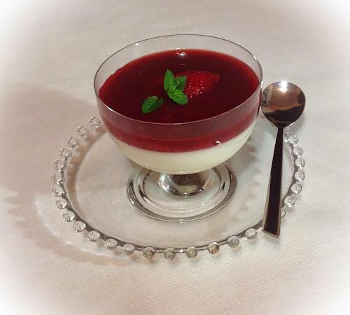 Panna cotta waniliowa z sosem truskawkowym,truskawki,mięta,wanilia