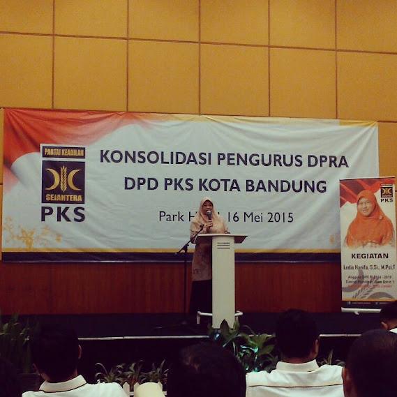 Ibu Ledia Hanifa berikan arahan di acara konsolidasi DPRa PKS Kota Bndung