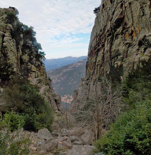 Une large ouverture à gauche nous dégage la vue sur Portu à 800 mètres en contrebas