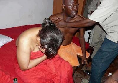 بالصور: ضبط زوجته في الفراش مع مديرها