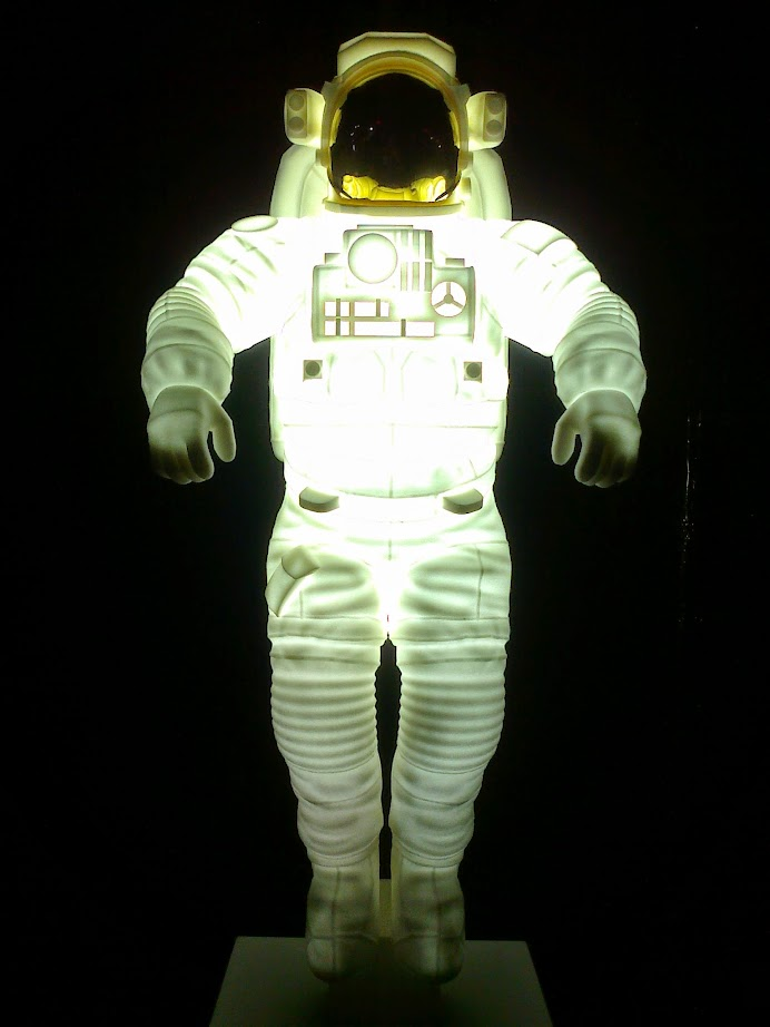 leuchtender Astronaut auf der Ostrale Kunstausstellung Dresden