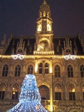 Daarna een wandeling in Oudenaarde by Night. Het stadhuis met zijn brilletje. (Omdat de stadswachter Keizer Karel niet had zien aankomen.)