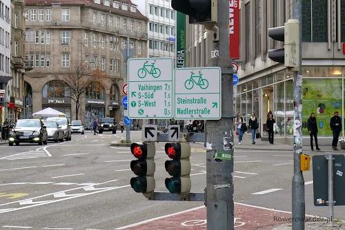 System informacyjny dla rowerzystów. A poniżej sygnalizacja specjalnie dla rowerzystów.