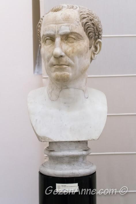 Napoli'deki Arkeoloji Müzesi içindeki Sezar heykeli