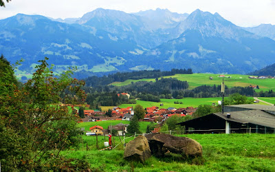 Ausblick beim Abstieg von der Bergstation nahe der Talstation Hörnerbahn Bolsterlang Allgtäu