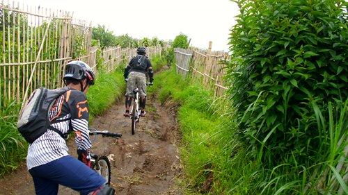 Tipikal track yang kami hadapi adalah tanah basah dan jalan makadam berbatu.