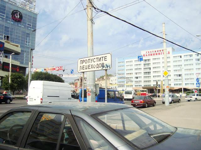 """""""Przepuśćcie przechodniów"""" informuje znak na jednym ze skrzyżowań"""
