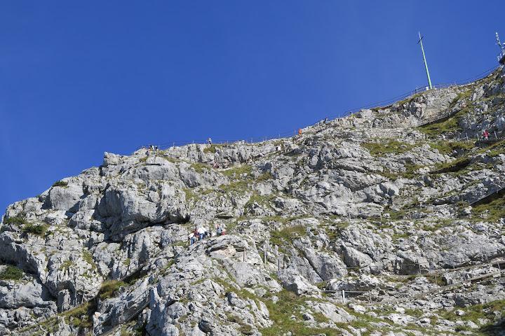 In den Fels wurde ein Wanderweg zum Gipfel gesprengt