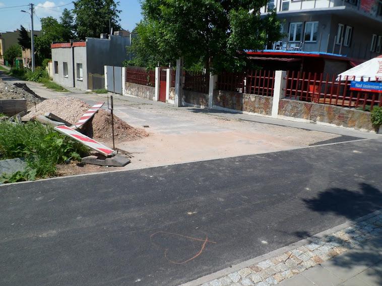 Mamy nadzieję że tutaj wrócą betonowe donice, które pełniły role separatorów...