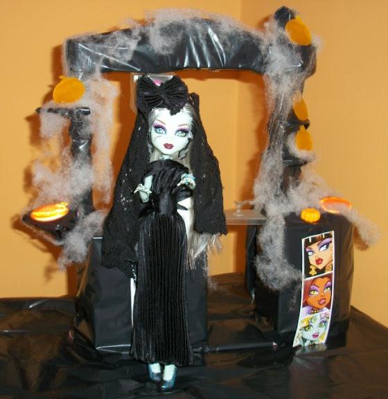 Fiesta DIY de Halloween de Bea-Trici: Frankie School's Out vestida de dama negra