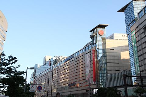 西日本鉄道「福岡オープントップバス」 赤塗装 車窓 ソラリアターミナルビル