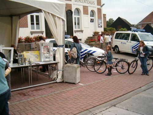 Het was met momenten aanschuiven bij de politie voor het registreren van de fietsen.