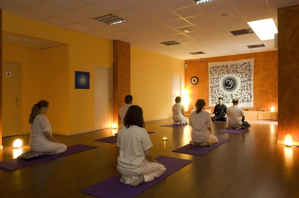 Centro amatusalud salas y despachos en alquiler para for Sillas plegables para yoga