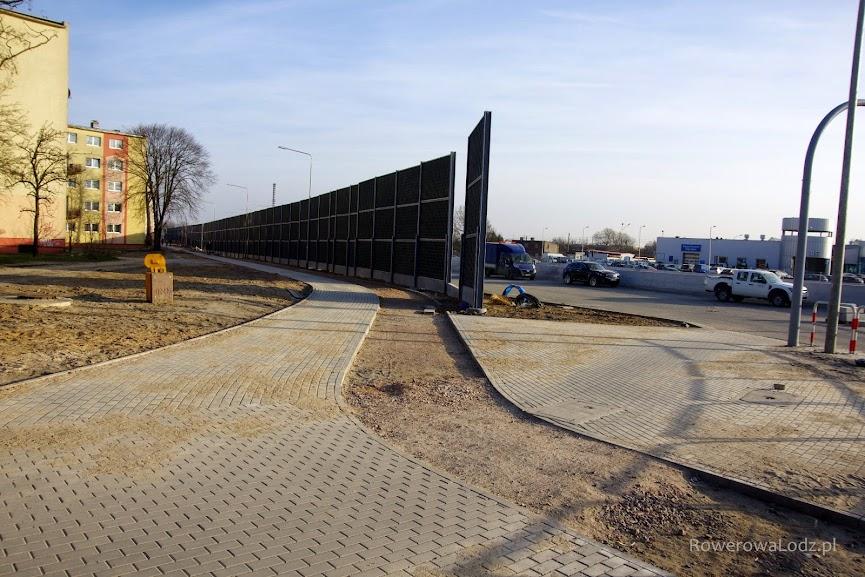 Za skrzyżowaniem jest przygotowany do asfaltowania ślad przyszłej drogi dla rowerów.