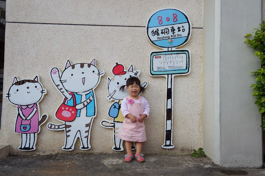 新北瑞芳景點【猴硐貓村】貓咪站牌.彩繪壁.鋼琴樓梯與Q版貓家族公仔