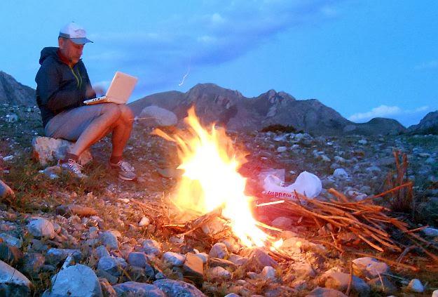 Laptop und Lagerfeuer am Song-Köl-Fluss, Kirgistan