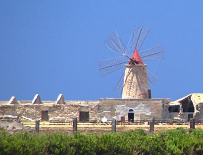 Sizilien - Windmühle auf den Salz-Feldern von Trapani.