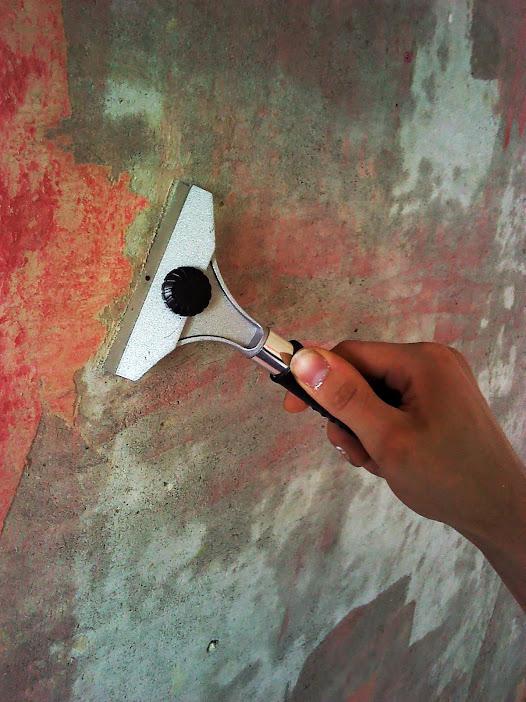 очистка стен от старых обоев и колера специальным скребком