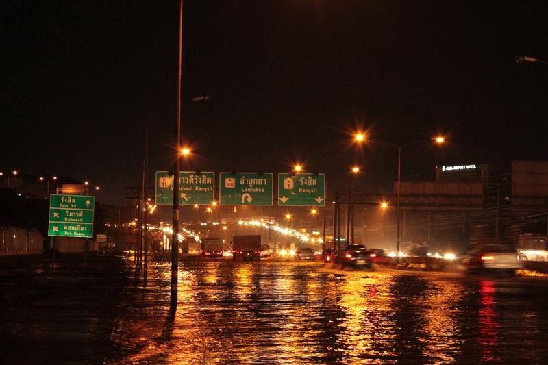 น้ำท่วมหน้าเซียร์รังสิต กลางคืน - แยกลำลูกกา (ต่อ)
