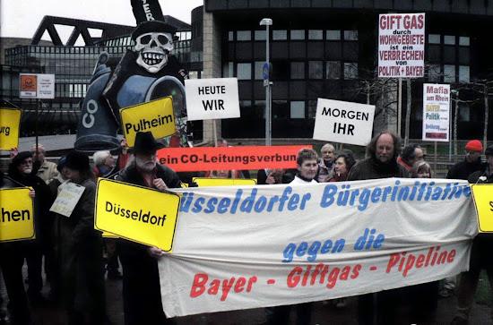 Protest-Demo, Transparent: »Düsseldorfer Bürgerinitiative gegen die Bayer-Giftgas-Pipeline«.
