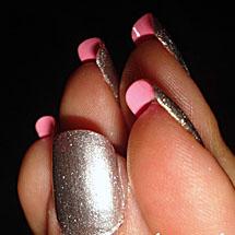 Unhas dupla face prata pintadas de rosa na parte interna