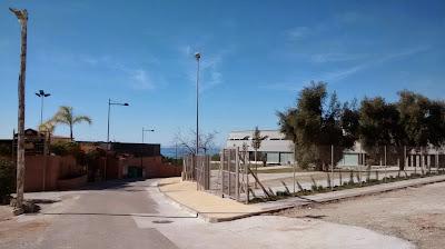 Vista del polideportivo BelloHorizonte con La Reserva de Noelia al otro lado de la calle