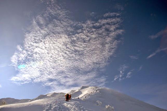 6合目付近から見上げると頂稜に向かい登山者が点々と続いていた