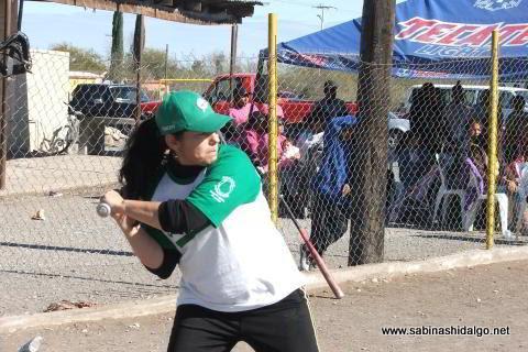 Hortencia Montemayor de Pioneras de Vallecillo en el softbol femenil del Club Sertoma