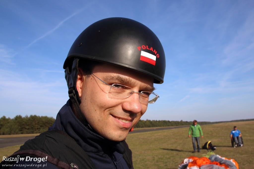 Maciej w kasku przygotowany do lotu paralotnią