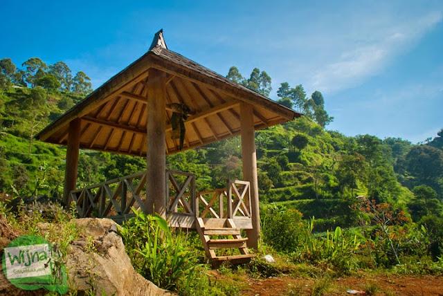gazebo tempat beristirahat di jalan menuju Curug Bugbrug, Bandung Barat