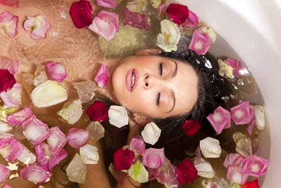 Ванная  с лепестками роз