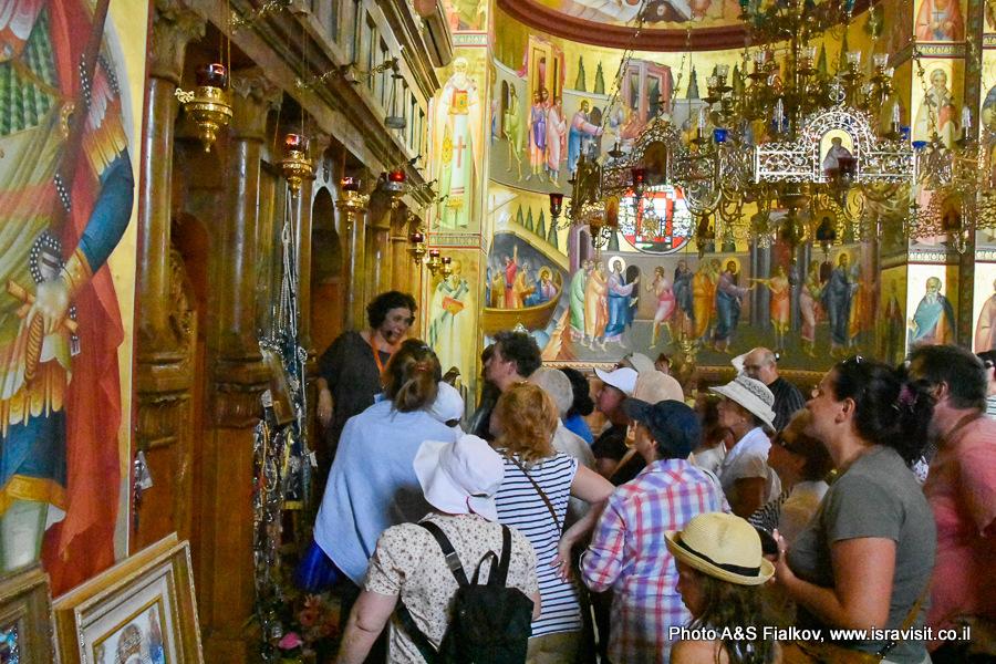 В церкви 12 апостолов в Капернауме на Кинерете. Экскурсия по Галилее. Гид в Израиле Светлана Фиалкова.