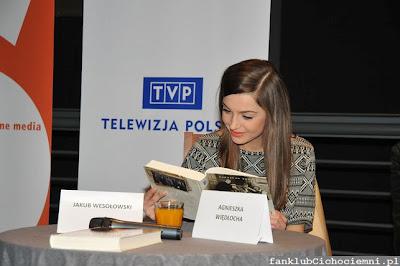 Agnieszka Więdłocha zaczytana w Czasie Honoru