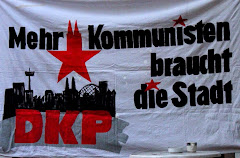 Transparent: »Mehr Kommunisten braucht die Stadt! DKP«.