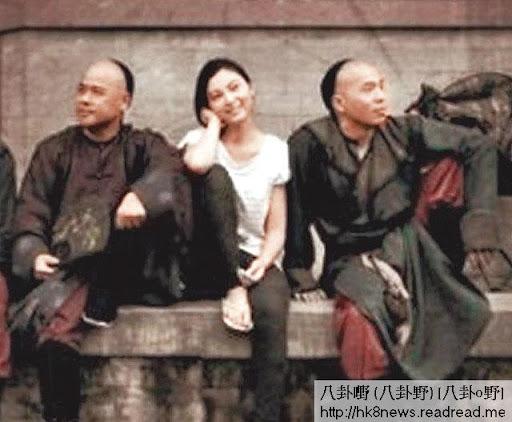 二人在橫店打得火熱,陳嘉嘉跟韋家雄扮電影《那些年》海報影相,更拉埋陳豪一齊玩。