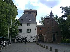 Zolltor und Rheinturm in Zons