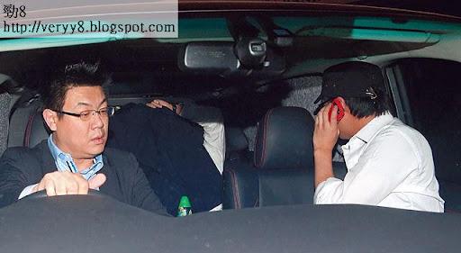 觀音兵中有人早已泊定車在後門候駕,不過見有記者,即用外套遮樣極速開車離去。