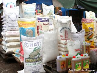Des produits alimentaires étalés dans un marché de la commune de Kasa-Vubu le 26/11/2013 à Kinshasa. Radio Okapi/Ph. John Bompengo