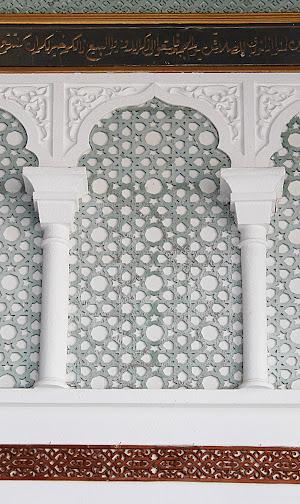 Disini cukup terlihat corak geometri memperkaya seni Islam tempo dulu.