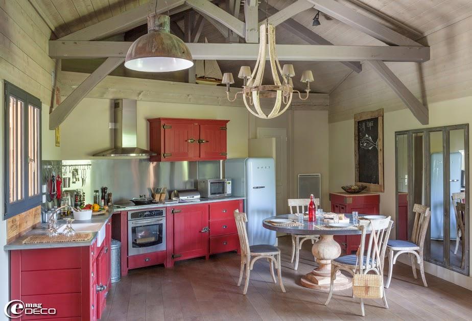 cuisine antic line équipée de portes glacières coloris rouge basque