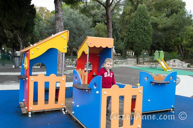 Nice'te Le Chateau'daki çocuk parkında oynarken