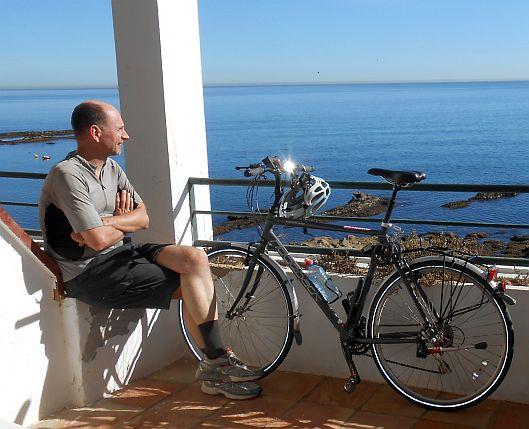 Chris und das Ridgeback-Rad auf dem Balkon des Hotel Patricia in Torreguadiaro