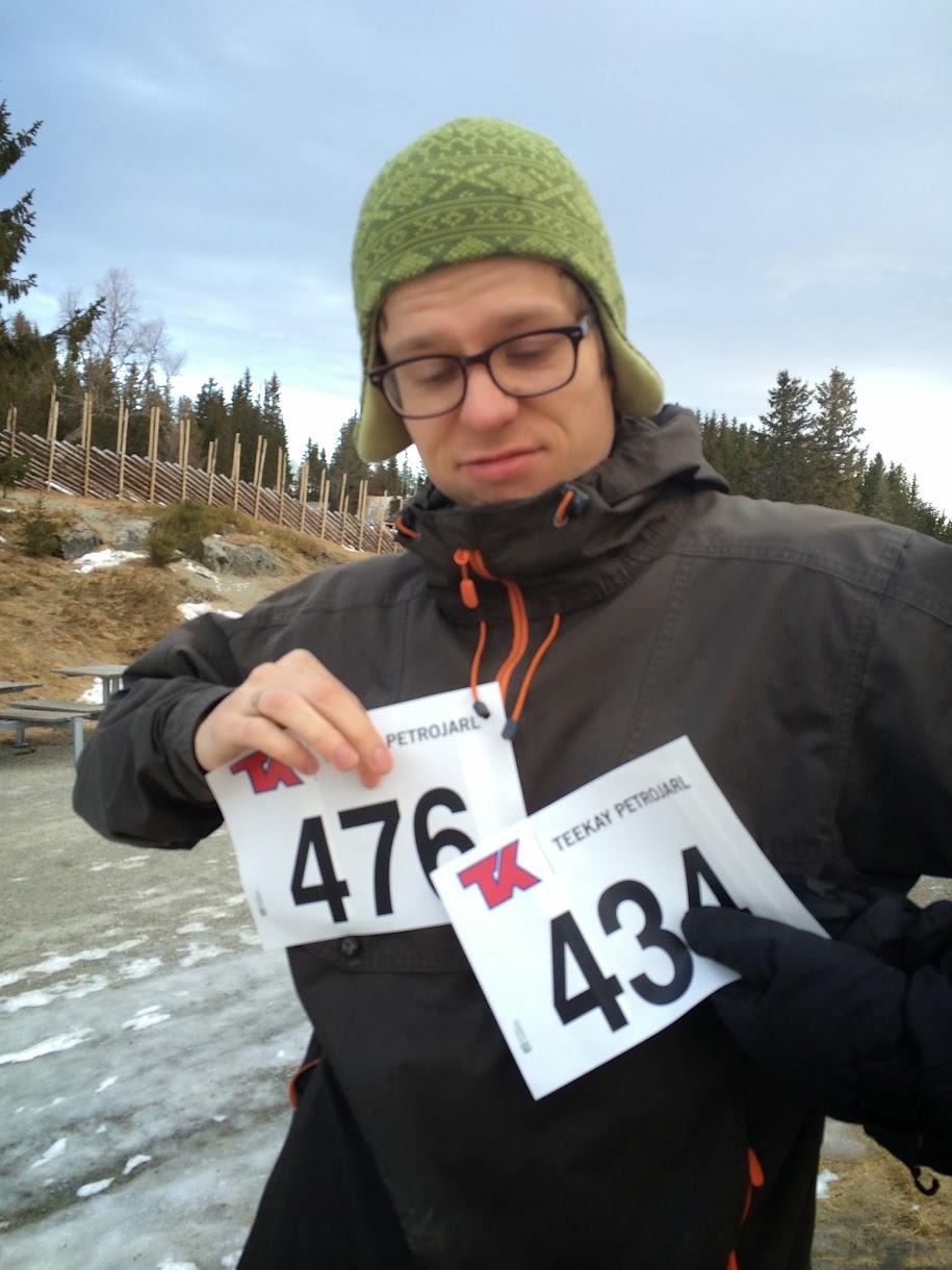 Ulf poserer med startnummerene våre