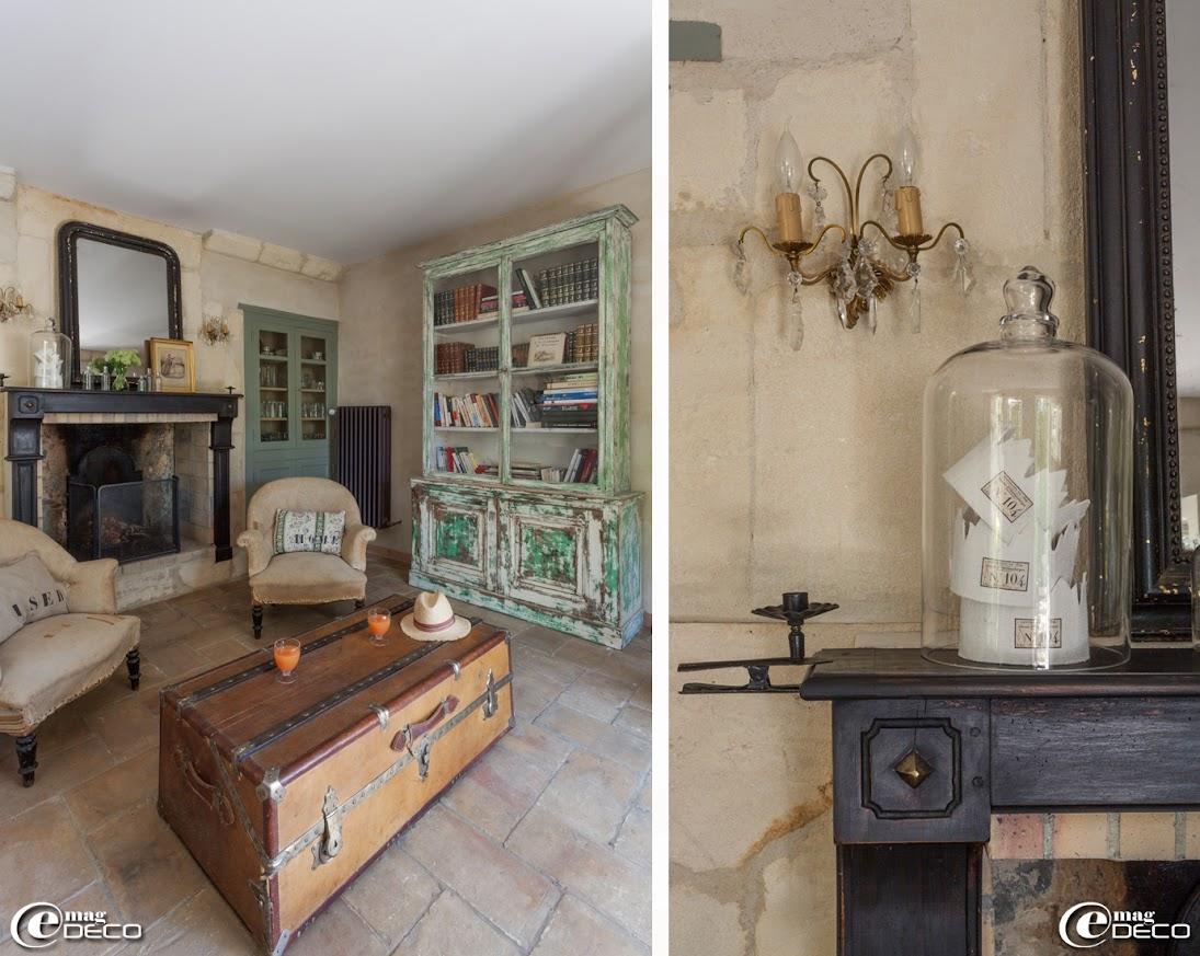 Malle chinée en Arles détournée en table basse, bibliothèque et anciens fauteuils de style Napoléon III chez 'Virgin Gallery' aux Puces du Canal de Villeurbanne, sous une grande cloche en verre 'P'Home d'Amour', trois couronnes en chanvre ancien, créations 'Baucis & Philémon'